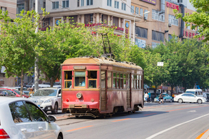 大連,旧型の路面電車の写真素材 [FYI02672344]