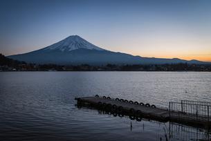 河口湖より望む夕方の富士山と桟橋の写真素材 [FYI02672349]