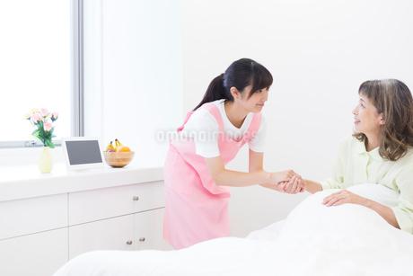 介護をする女性とシニア女性の写真素材 [FYI02672391]
