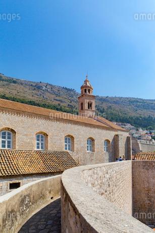 城壁と聖セバスチャン教会の写真素材 [FYI02672396]