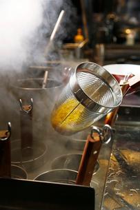 ラーメンの麺を湯きりしている工程写真の写真素材 [FYI02672401]
