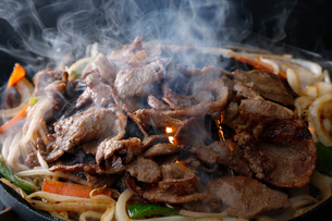 ジンギスカンを焼いている工程写真の写真素材 [FYI02672413]
