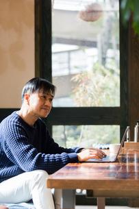カフェでパソコン作業をする男性の写真素材 [FYI02672461]