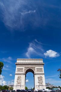 シャンゼリゼ通りから望むパリの夏空の写真素材 [FYI02672481]