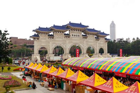 台湾 中正紀念堂 白亜の正門の写真素材 [FYI02672487]