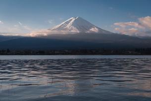 河口湖より望む朝日を浴びる富士山の写真素材 [FYI02672501]