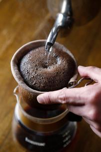 コーヒーを入れている工程写真の写真素材 [FYI02672505]