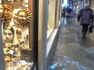 海面上昇により浸水したベネチアの街角の写真素材 [FYI02672511]