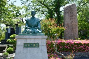 石田三成出生地碑と三成像の写真素材 [FYI02672554]