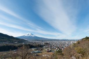 富士吉田市背戸山よりのぞむ町並みと富士山の写真素材 [FYI02672572]