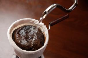 コーヒーを入れている工程写真の写真素材 [FYI02672647]
