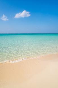 雲浮かぶ青空と下地島空港17エンドのビーチの写真素材 [FYI02672649]