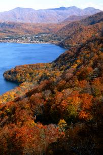 10月 紅葉の十和田湖 秋の東北の写真素材 [FYI02672663]