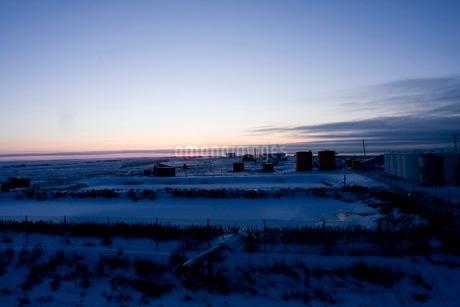 アラスカ州シシュマレフの日没の写真素材 [FYI02672665]