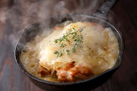 鶏肉とジャガイモのスキレット料理の写真素材 [FYI02672669]