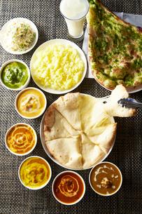 インドカレーとチーズナンの写真素材 [FYI02672670]