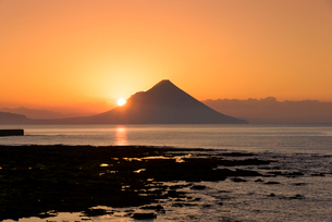 夜明けの開聞岳の写真素材 [FYI02672696]
