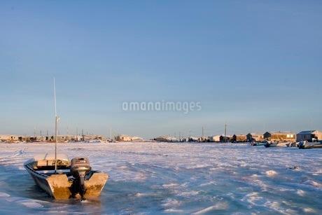 凍った海に浮かぶボートの写真素材 [FYI02672699]