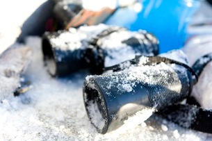 雪に埋もれた双眼鏡の写真素材 [FYI02672708]