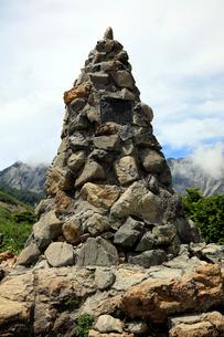8月 八方尾根登山道の第三ケルンの写真素材 [FYI02672711]
