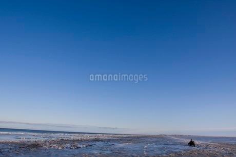 雪に覆われる海辺の写真素材 [FYI02672747]