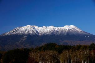 10月 冠雪の御嶽山の写真素材 [FYI02672758]