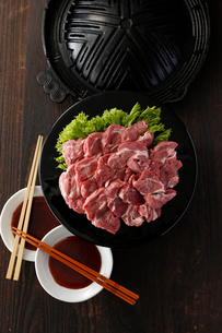 生ラムとジンギスカン鍋の写真素材 [FYI02672767]