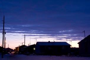 雪の町に訪れる夜の帳の写真素材 [FYI02672781]