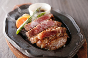 和牛ステーキの鉄板焼き(横)の写真素材 [FYI02672794]