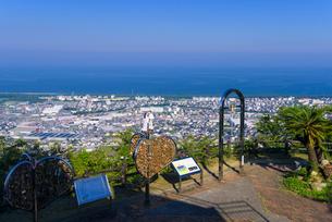 夏の愛宕山展望台と延岡市街地の写真素材 [FYI02672811]