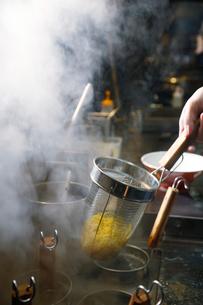 ラーメンの麺を湯きりしている工程写真の写真素材 [FYI02672817]
