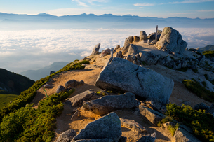中央アルプス 空木岳山頂より南アルプスと富士山の写真素材 [FYI02672827]