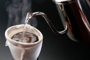 コーヒーを入れている工程写真の写真素材 [FYI02672839]