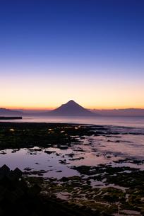 夜明けの開聞岳の写真素材 [FYI02672855]