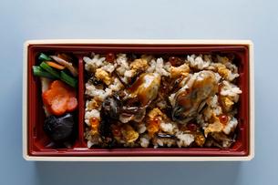 カキとうにいくらの海鮮五目弁当の写真素材 [FYI02672906]