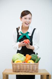生鮮野菜を持つ野菜ソムリエの写真素材 [FYI02672907]