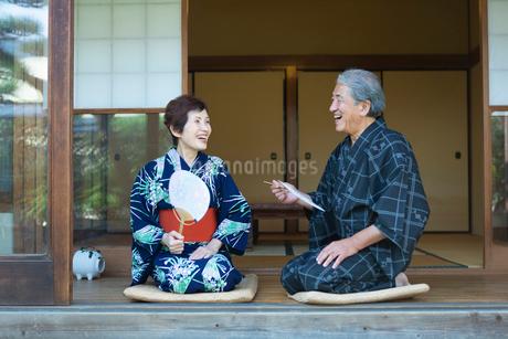縁側に座る老夫婦の写真素材 [FYI02672917]