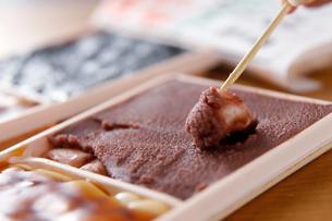 函館大沼だんごのアンを持ち上げた写真の写真素材 [FYI02672919]