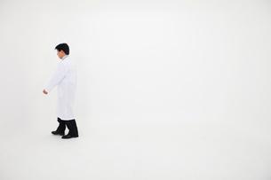 白衣の男性の写真素材 [FYI02672945]