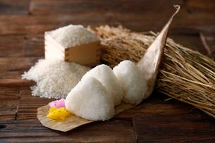 塩おにぎりと稲のイメージ写真の写真素材 [FYI02672968]