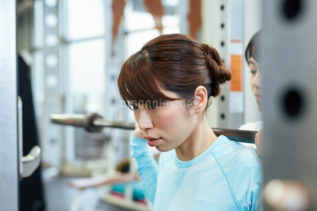 スポーツクラブでトレーニング中の女性の写真素材 [FYI02672970]