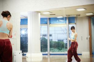 スタジオでダンスの練習をする女性の写真素材 [FYI02672972]