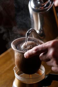 コーヒーを入れている工程写真の写真素材 [FYI02673030]
