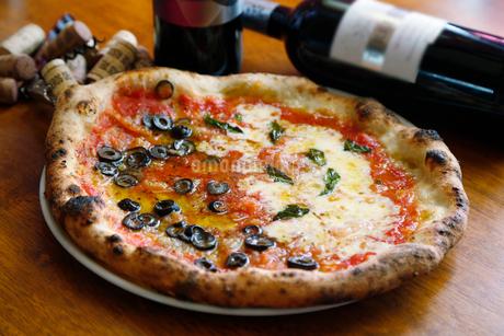 マルゲリータとチーズのピザの写真素材 [FYI02673037]