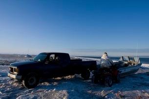 雪の積もる海辺のトラックの写真素材 [FYI02673049]