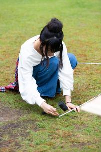 テントを張る女性の写真素材 [FYI02673059]