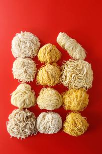 上から見た札幌ラーメンの色々な麺 赤い色の背景の写真素材 [FYI02673111]