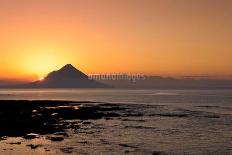 夜明けの開聞岳の写真素材 [FYI02673189]