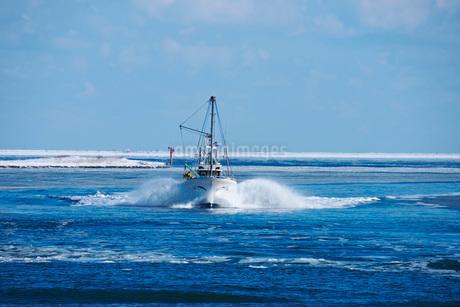 尾岱沼漁港に帰港するホタテ船と野付湾の写真素材 [FYI02673194]