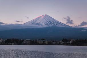河口湖より望む朝日を浴びる紅富士の写真素材 [FYI02673202]